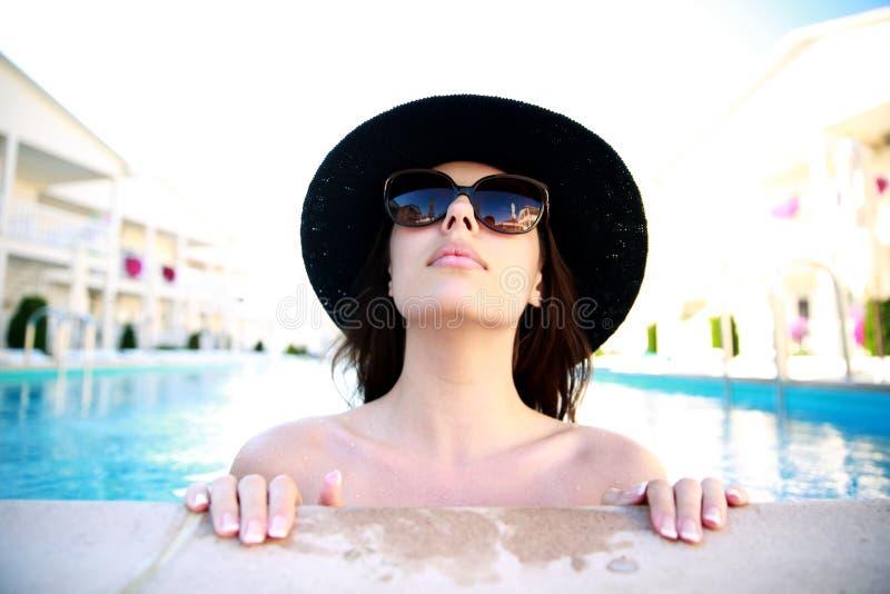 查寻在游泳池的妇女 免版税库存图片