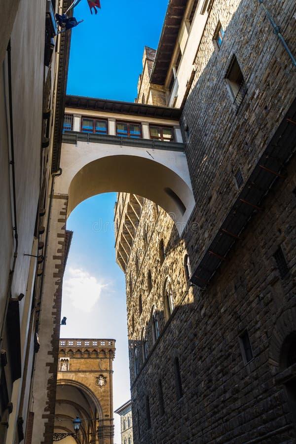 查寻在狭窄的街道,佛罗伦萨意大利 免版税图库摄影