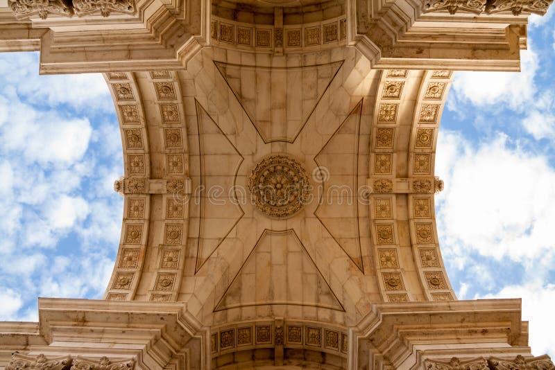 查寻对奥古斯塔街凯旋门,里斯本,葡萄牙 库存图片