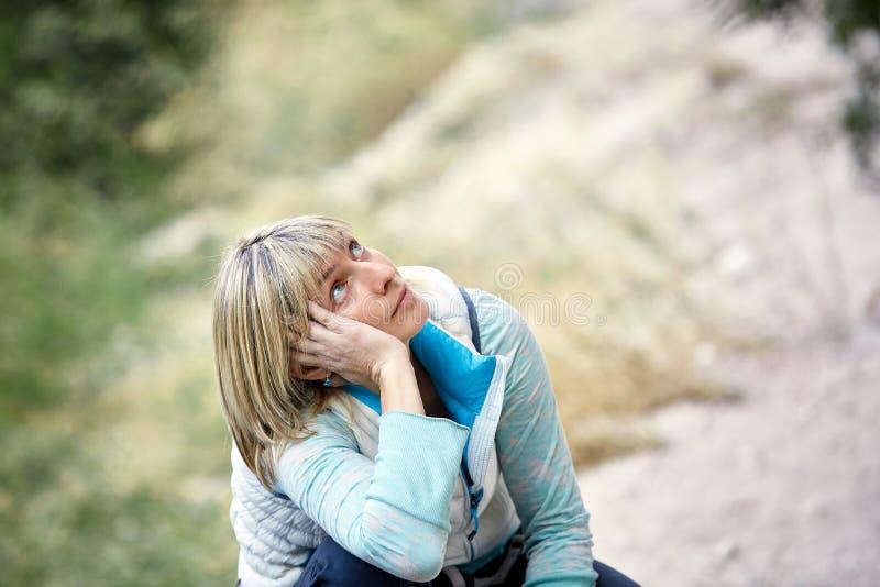 查寻疲乏的女性的登山人 库存照片
