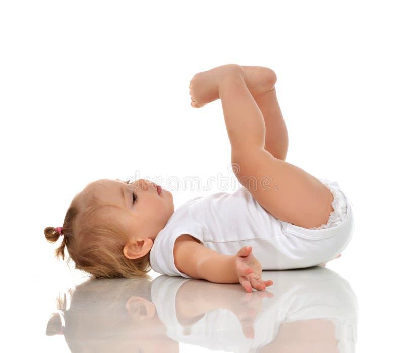 查寻的尿布的婴儿儿童女婴说谎在后面和 免版税库存图片