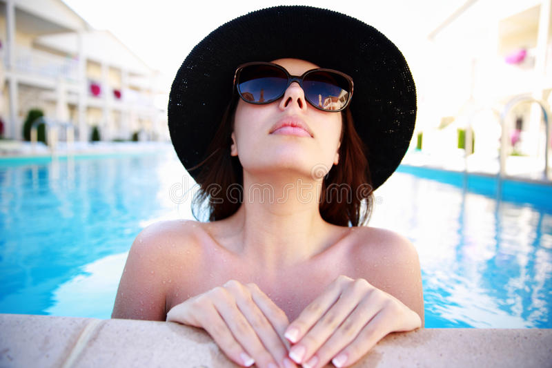 查寻的游泳池的妇女 库存照片