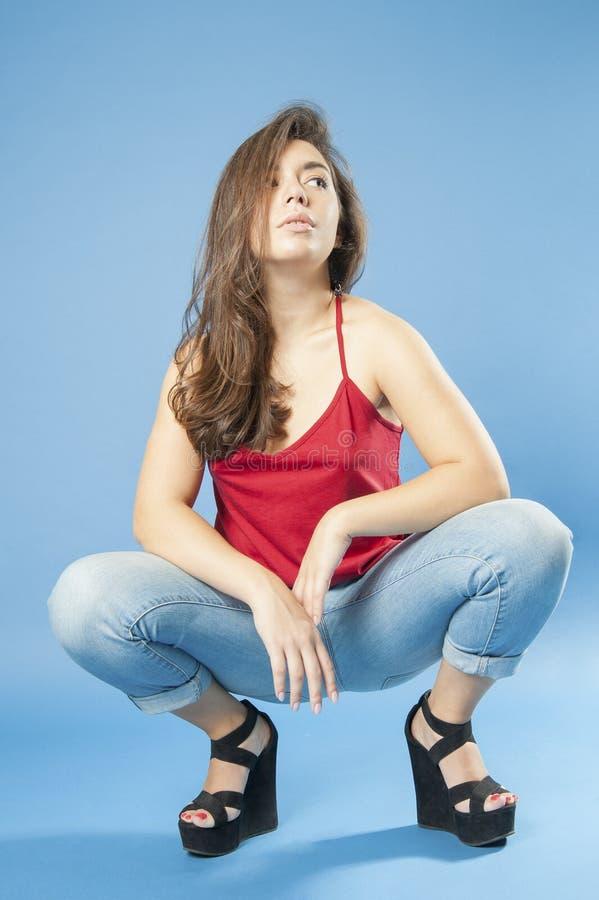Download 查寻蹲的女孩 库存图片. 图片 包括有 现有量, 长期, 方式, 背包, beautifuler, 表面 - 59112463