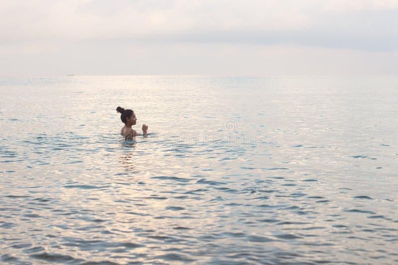 柬埔寨亚洲妇女游泳在海洋 免版税库存图片