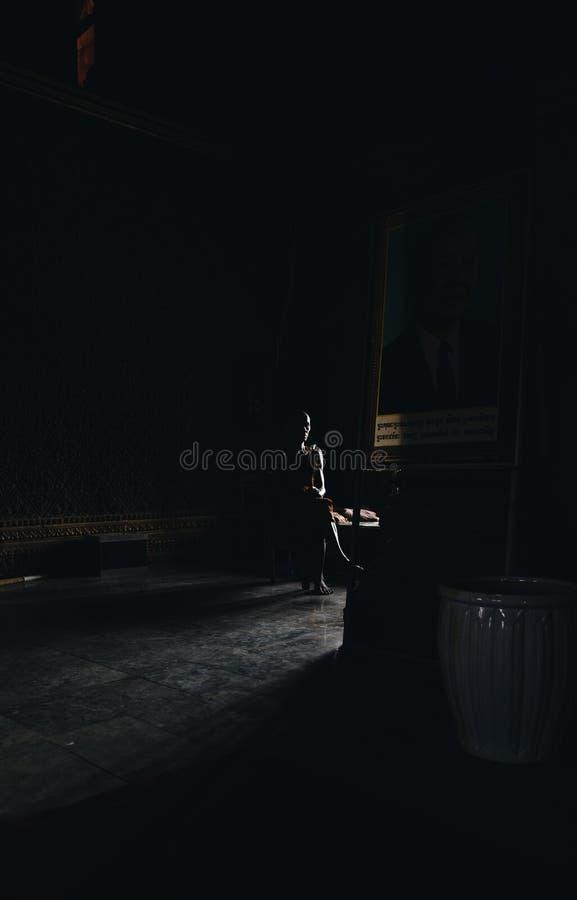 柬埔寨修士就座在塔 库存图片