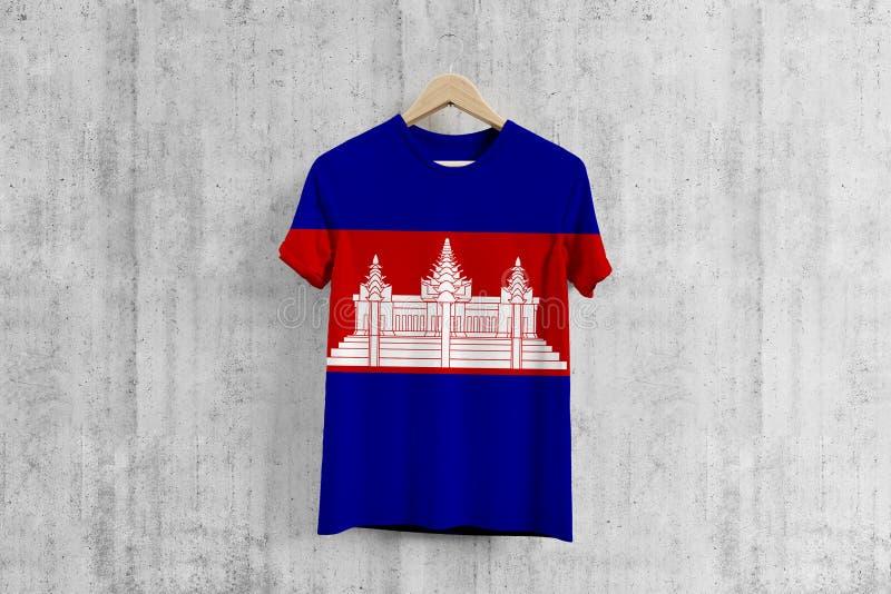 柬埔寨在挂衣架,柬埔寨服装生产的队一致的设计想法的旗子T恤杉 全国穿戴 皇族释放例证