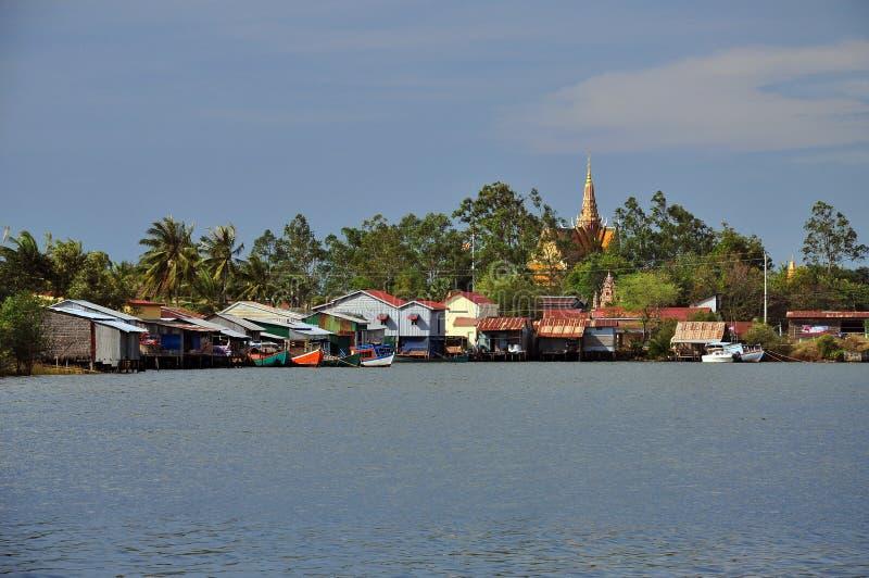 柬埔寨渔村和高跷房子 免版税库存照片