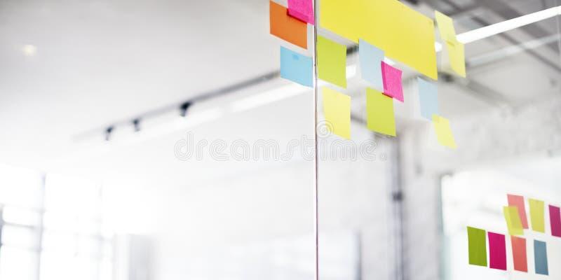 柱子办公室提醒的通知组织概念 库存照片