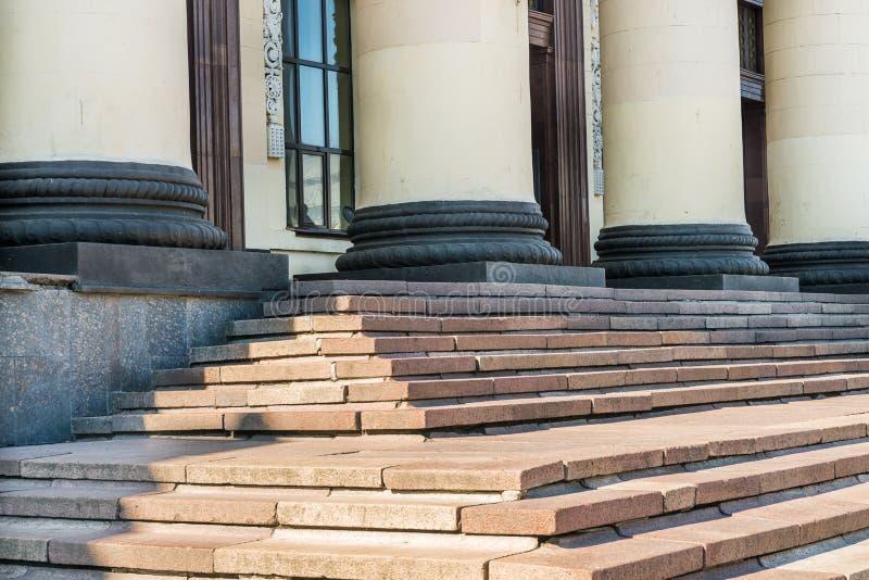 柱子和步,火车站,哈尔科夫,乌克兰的元素 库存照片