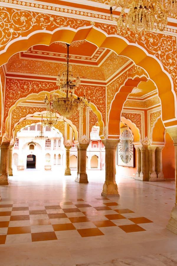 柱子画廊在城市宫殿的在斋浦尔 免版税库存图片