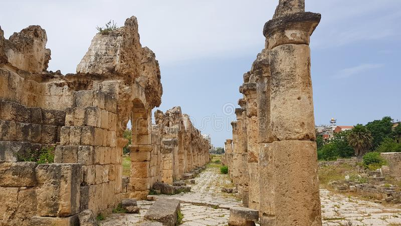 柱廊和渡槽 在轮胎的罗马考古学遗骸 轮胎是一个古老腓尼基城市 轮胎,黎巴嫩 库存图片