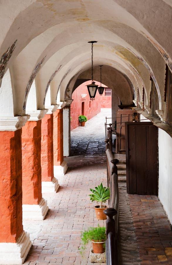柱廊在圣诞老人卡塔利娜角修道院,阿雷基帕,秘鲁 图库摄影
