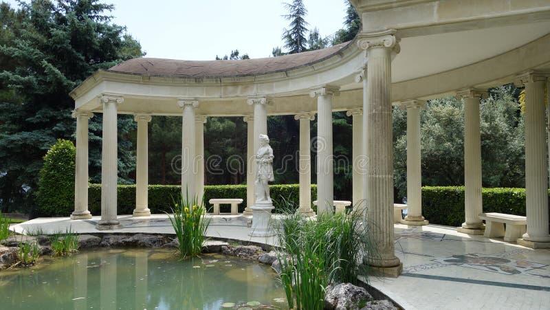 柱廊在Aivazovsky公园 克里米亚 库存图片