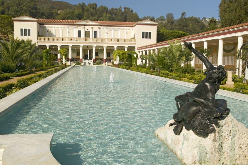 柱廊和格蒂别墅的长的水池, J的马利布别墅 保罗格蒂博物馆在洛杉矶,加利福尼亚 免版税库存照片