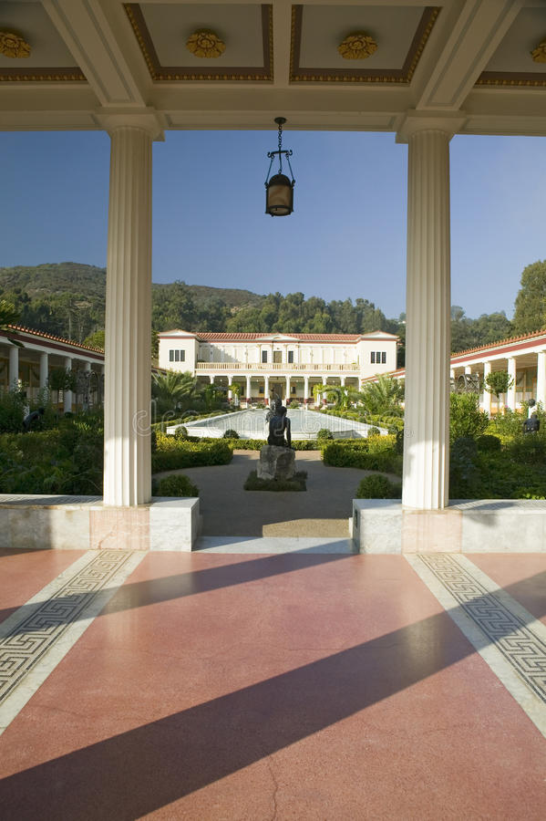 柱廊和格蒂别墅的长的水池, J的马利布别墅 保罗格蒂博物馆在洛杉矶,加利福尼亚 免版税库存图片