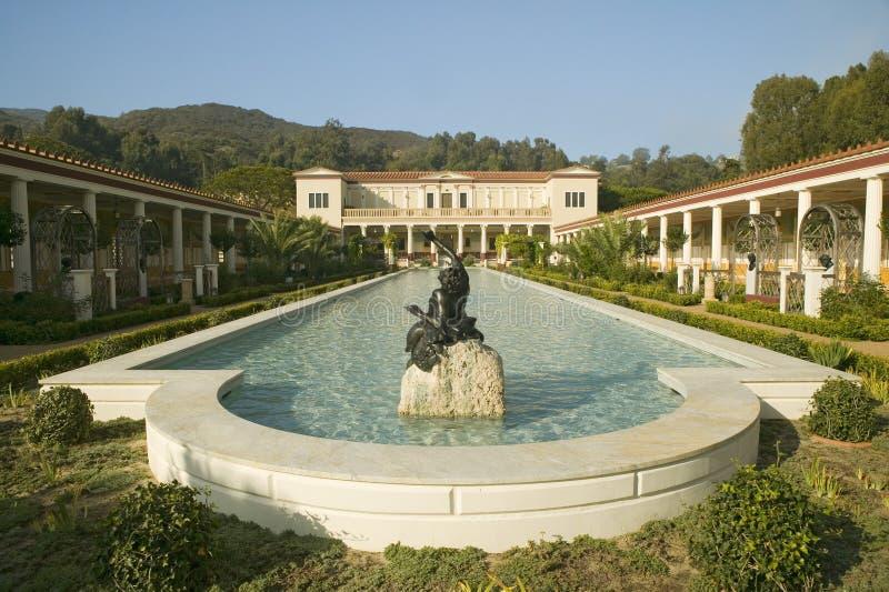 柱廊和格蒂别墅的长的水池, J的马利布别墅 保罗格蒂博物馆在洛杉矶,加利福尼亚 免版税图库摄影
