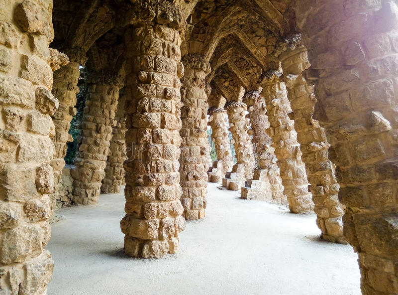 柱廊在公园Guell 巴塞罗那西班牙 免版税库存照片