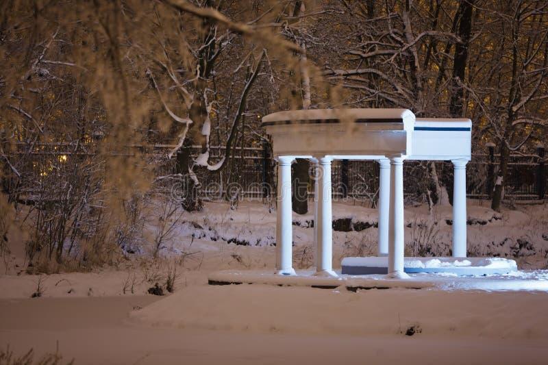 柱廊在Yunost公园 免版税库存图片