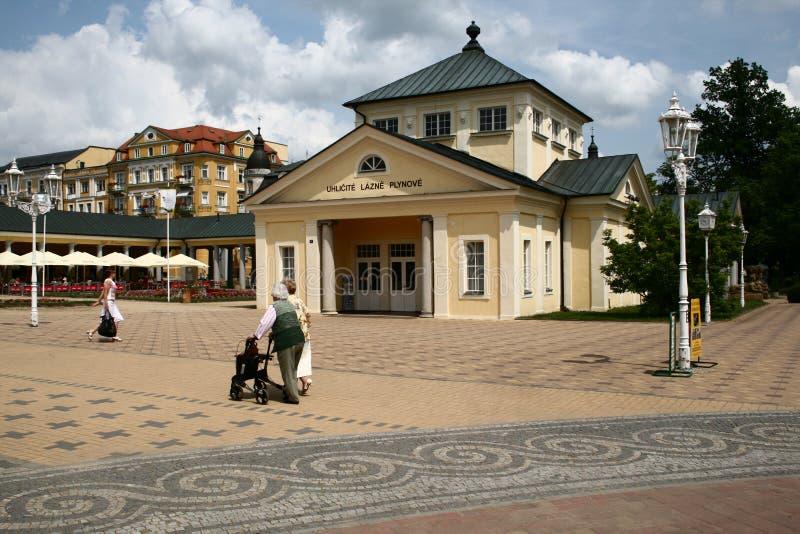 柱廊的人们在Františkovy Lázně 免版税库存图片