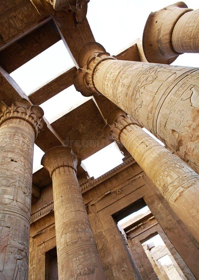 柱廊被刻记的埃及图象和象形文字 免版税库存照片