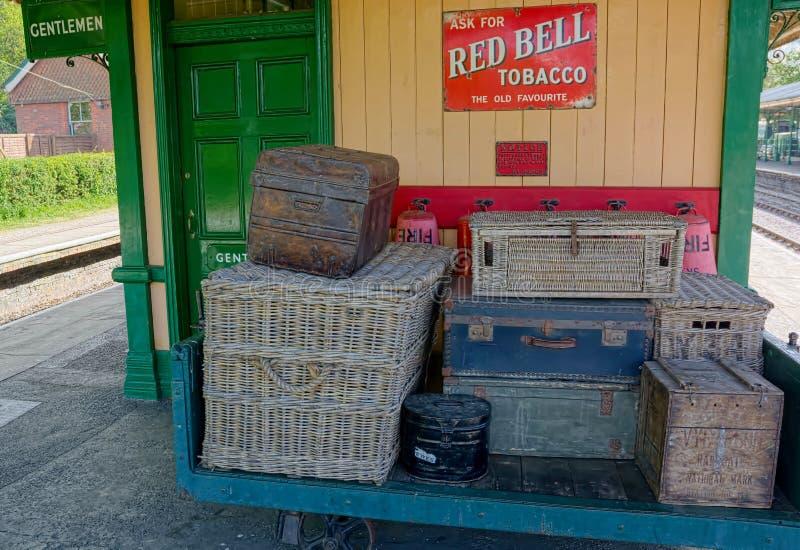 柳条减速火箭的旅行篮子&减速火箭的红色响铃烟草标志 库存图片
