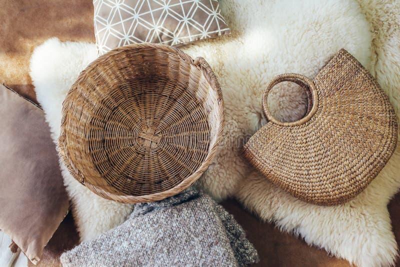 柳条存贮篮子和袋子作为内部装饰 库存图片