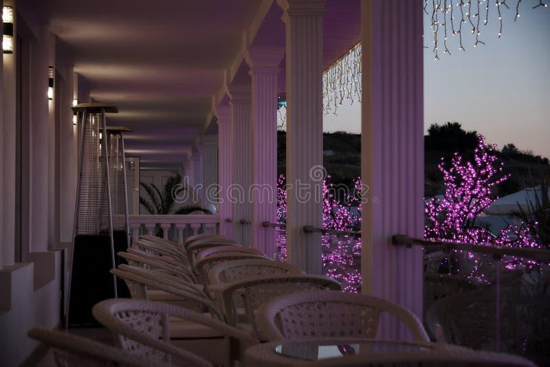 柳条家具行在阳台的在晚上末期 库存图片
