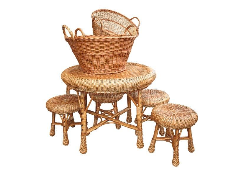 柳条家具-桌、椅子和篮子被隔绝在白色 免版税库存图片
