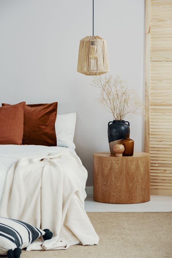 柳条枝形吊灯在优等的卧室内部在斯堪的纳维亚样式 免版税库存图片