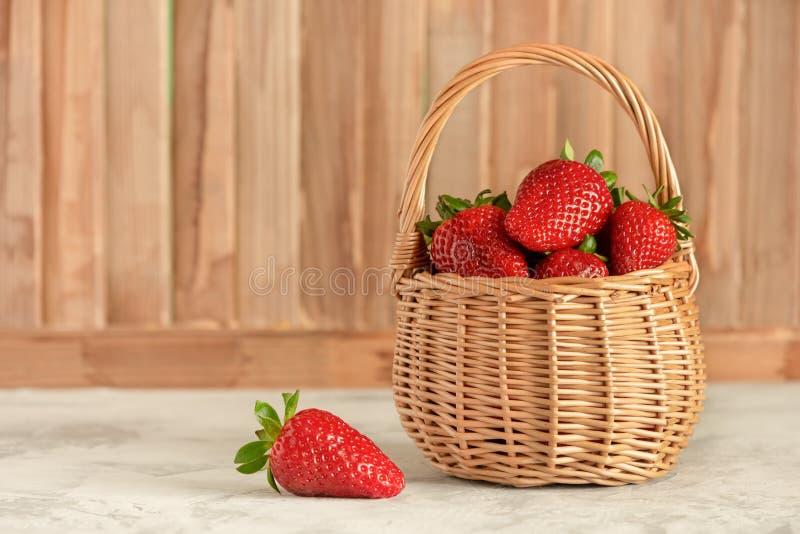 柳条筐有通风成熟莓果侧视图 免版税图库摄影