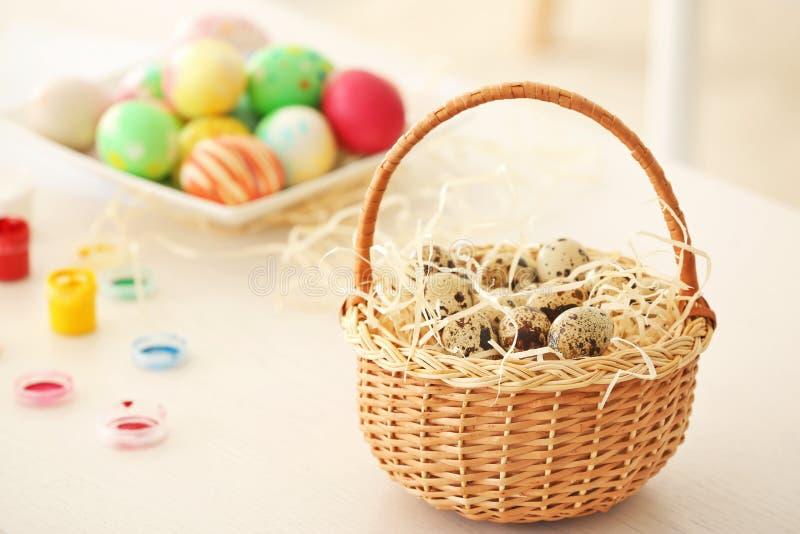 柳条筐用为复活节准备的鹌鹑蛋 库存图片