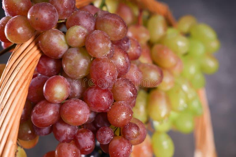 柳条筐用新鲜的成熟葡萄,特写镜头 库存图片