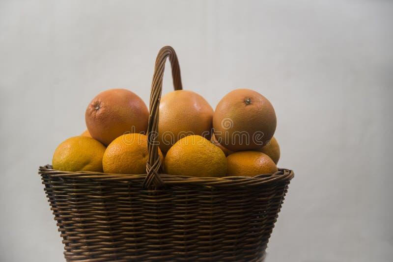 柳条筐用桔子和葡萄柚 库存图片