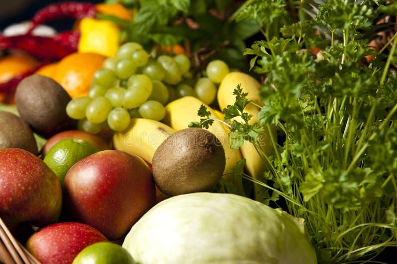 柳条筐用水果和蔬菜 免版税库存照片