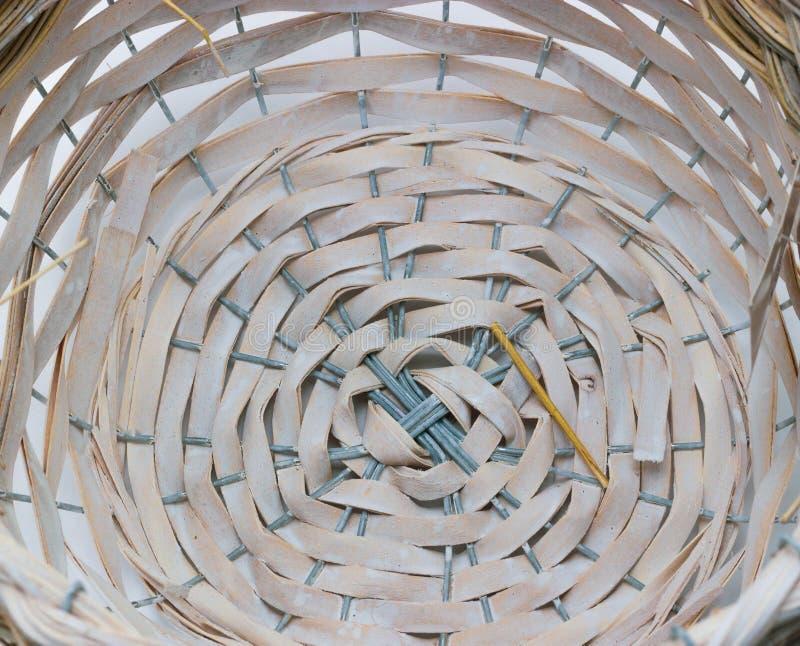 柳条筐的结构和背景 样式圆的纹理 垂直和水平的织法 库存照片