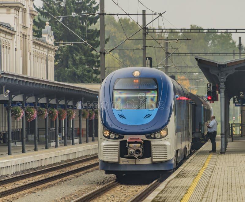 柴油机火车在Marianske Lazne镇 库存照片
