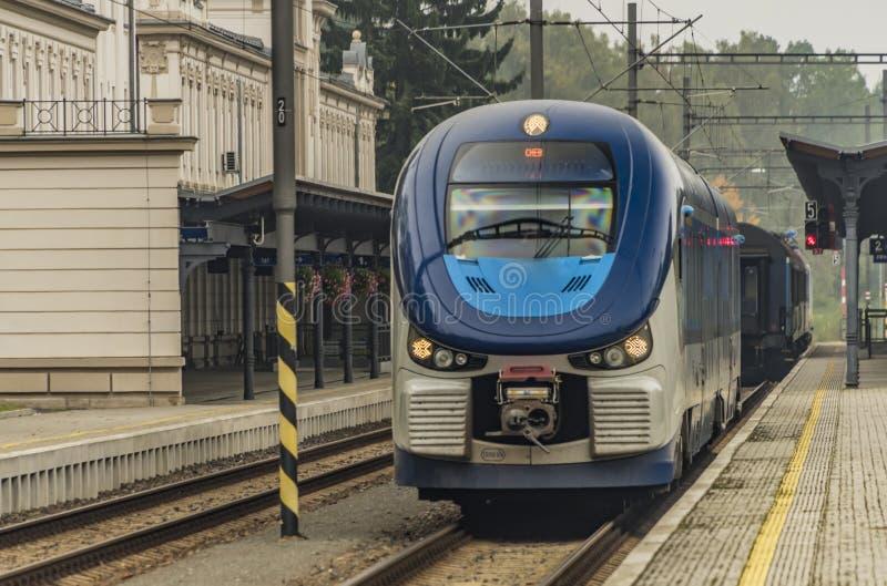 柴油机火车在Marianske Lazne镇 图库摄影