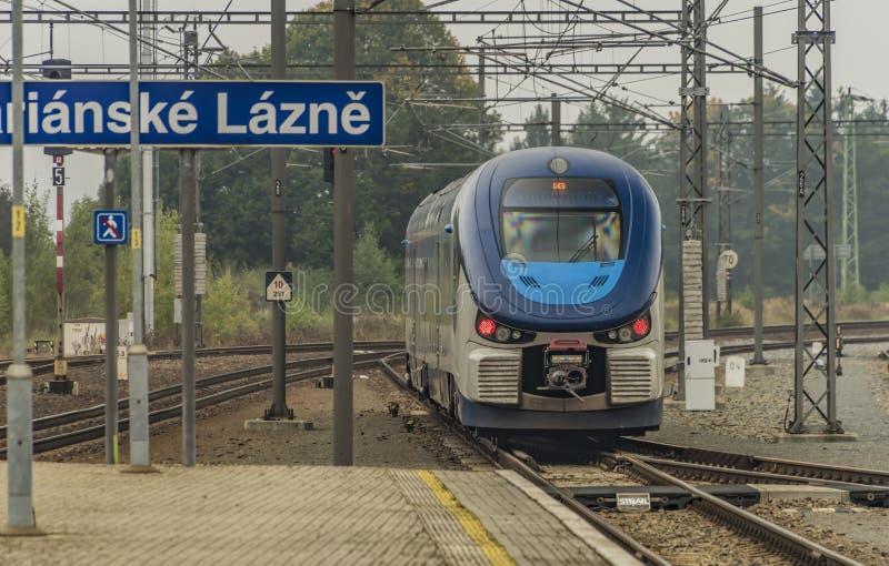 柴油机火车在Marianske Lazne镇 免版税库存图片