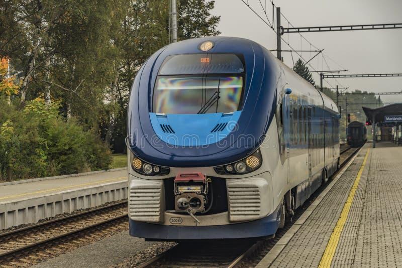 柴油机火车在Marianske Lazne镇 免版税图库摄影