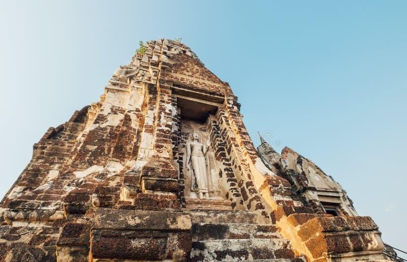 柴瓦塔那兰寺-在平衡的日落光芒下的佛教寺庙在阿尤特拉利夫雷斯历史公园,泰国城市 库存图片