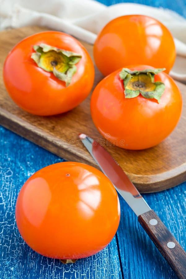 柿子在木板结果实,立即可食,垂直 库存照片