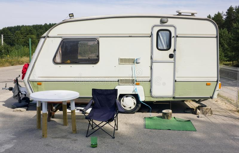 标准在夏天野营的汽车旅游拖车 库存照片