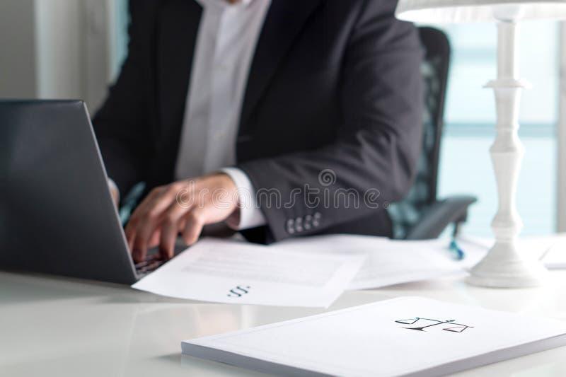 标度和正义在堆签字纸 免版税库存照片