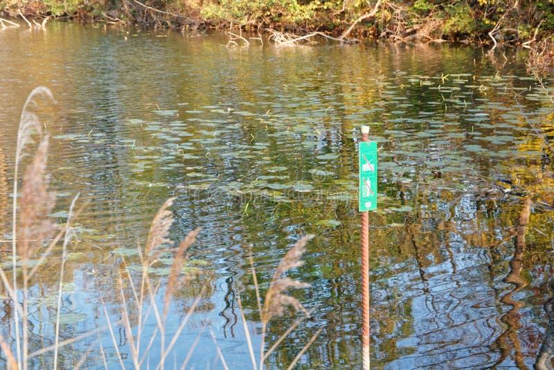 标志'在秋季老莱茵河被保护区不输入' 免版税库存照片