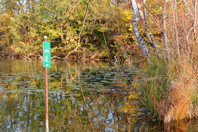 标志'在秋季老莱茵河被保护区不输入' 免版税库存图片