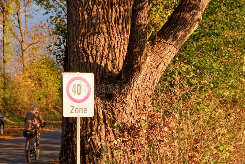 标志'限速- 40区域'在游泳场附近的公园地方 图库摄影