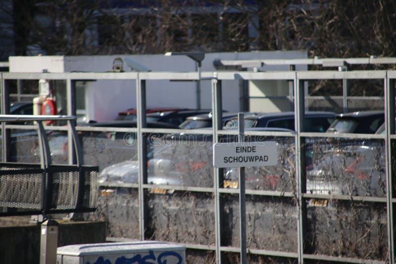 标志'einde schouwpad'在randstadrail轨道警告检查车道结束 库存照片