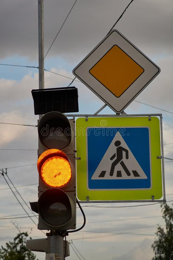 标志主路 行人交叉路标志 黄色交通信号 免版税图库摄影