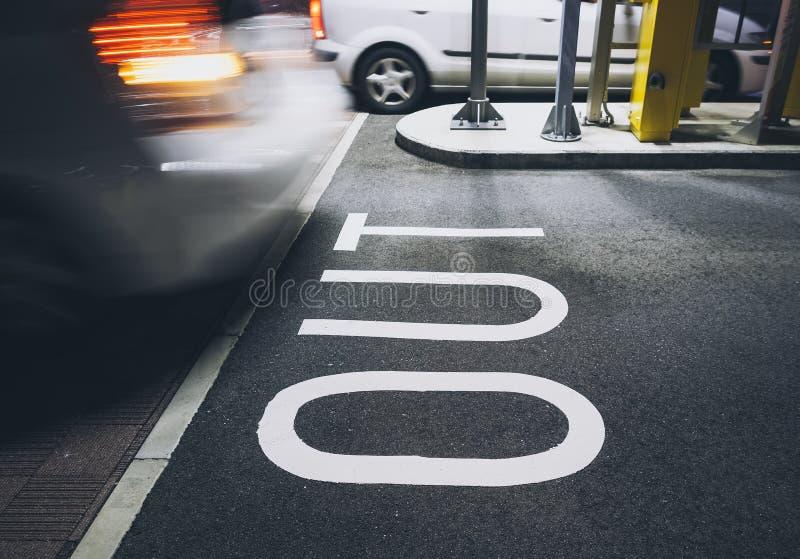标志停车场门汽车移动 免版税图库摄影