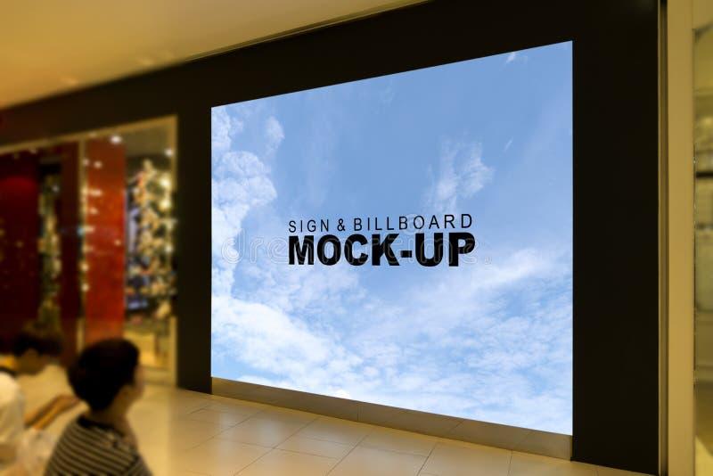 标志和广告牌的大嘲笑在购物中心里面 图库摄影